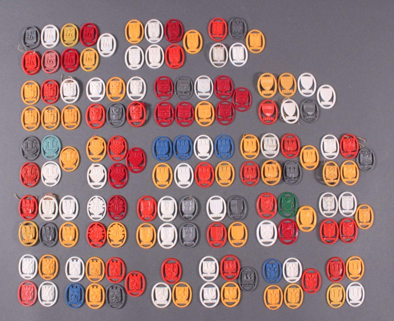 Konvolut WHW Spendenbelege, Städtewappen aus Kunstoff