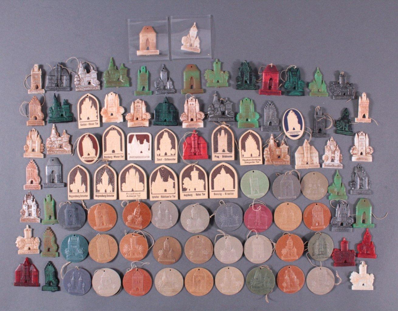 Konvolut WHW Abzeichen aus Pappe und Kunstoff
