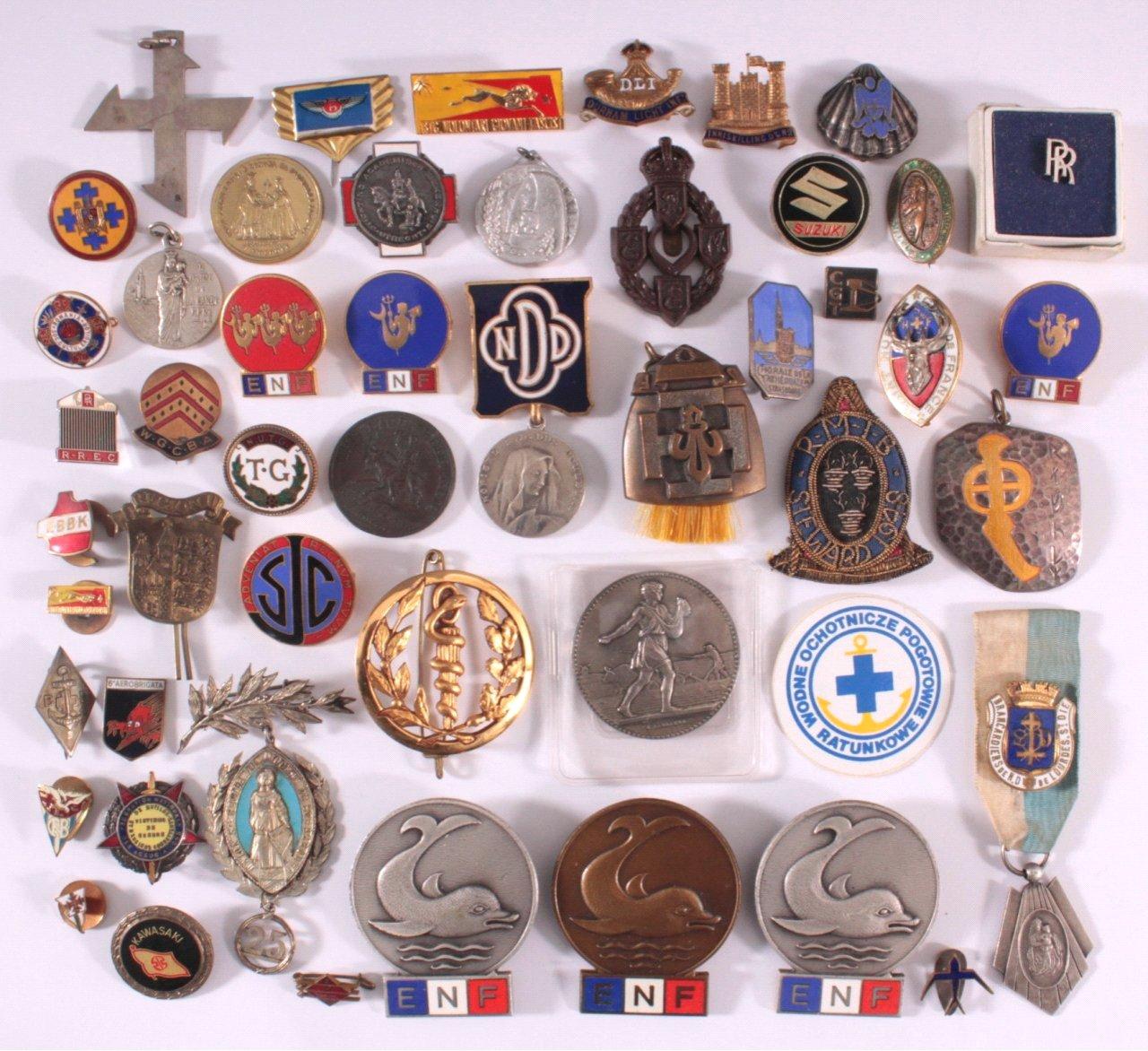 Konvolut Europäische Anstecknaden, Medaillen u. Abzeichen