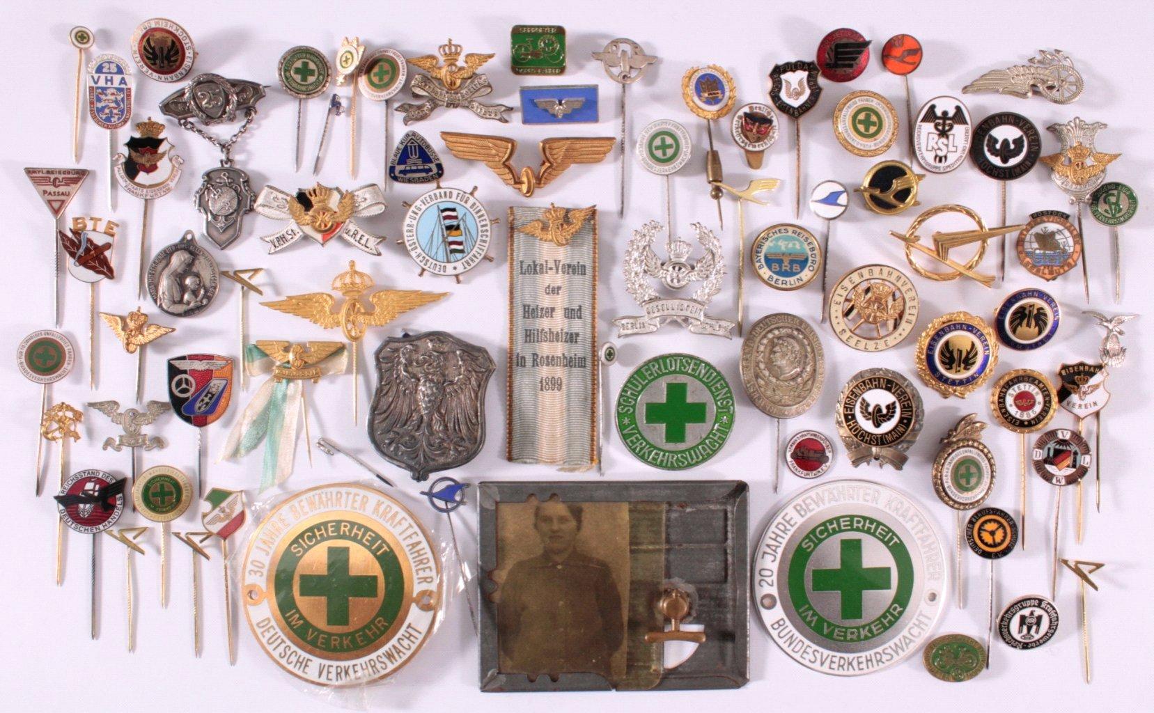 Abzeichen und Anstecknadel verschiedener Verbände
