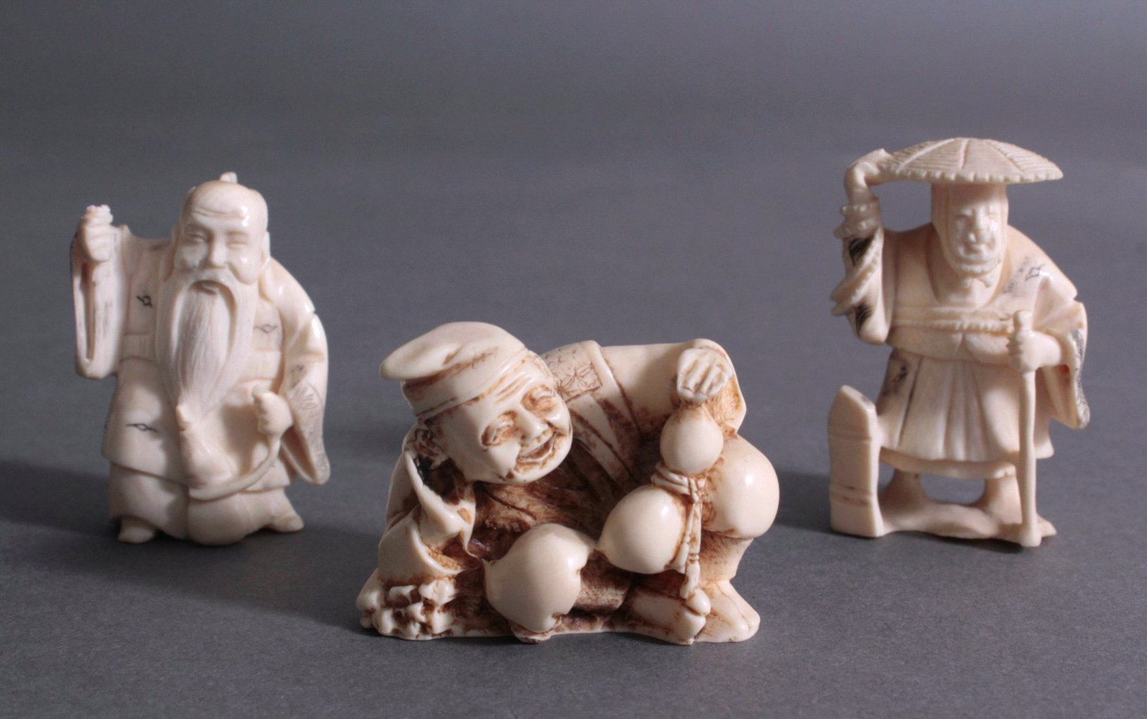 Drei Netsuke aus Elfenbein