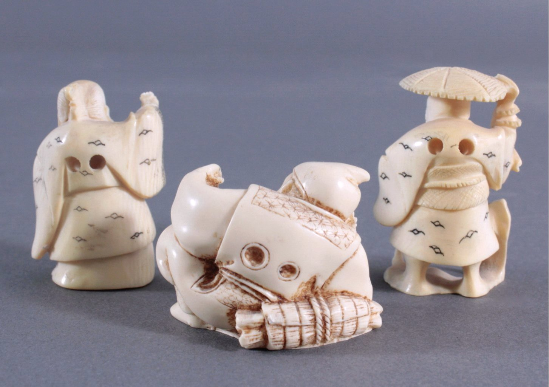 Drei Netsuke aus Elfenbein-1