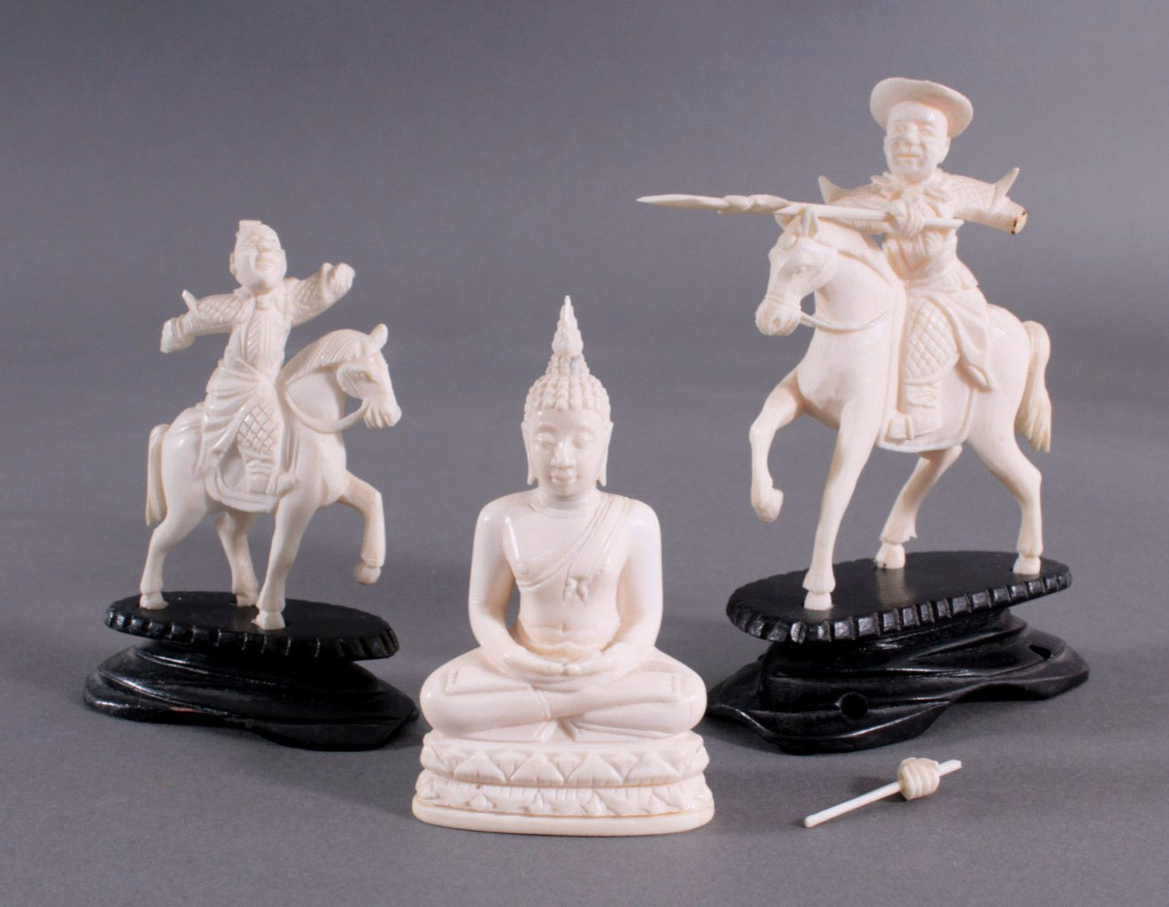 Drei Elfenbeinfiguren