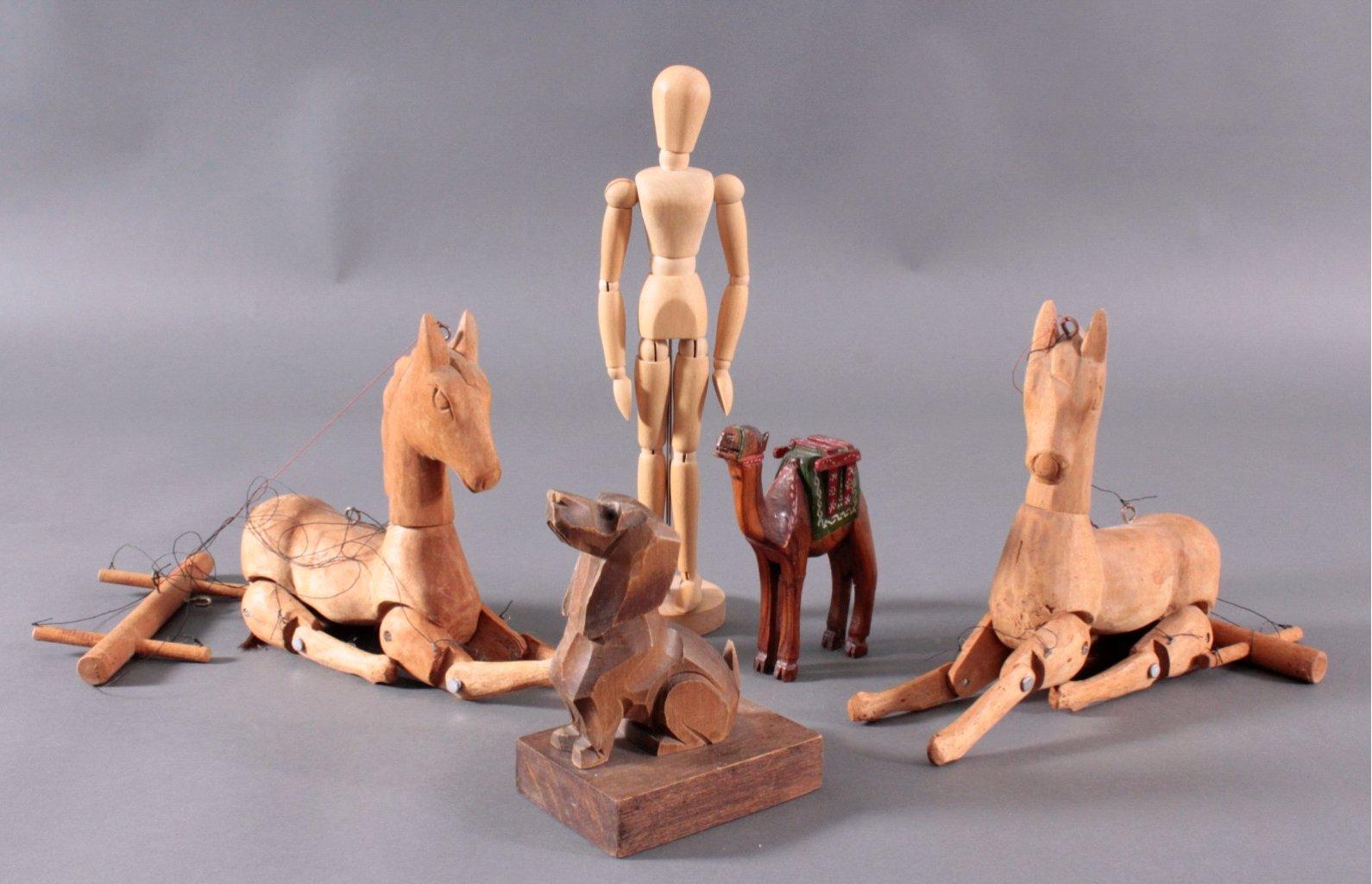 Fünf Holz Skulpturen