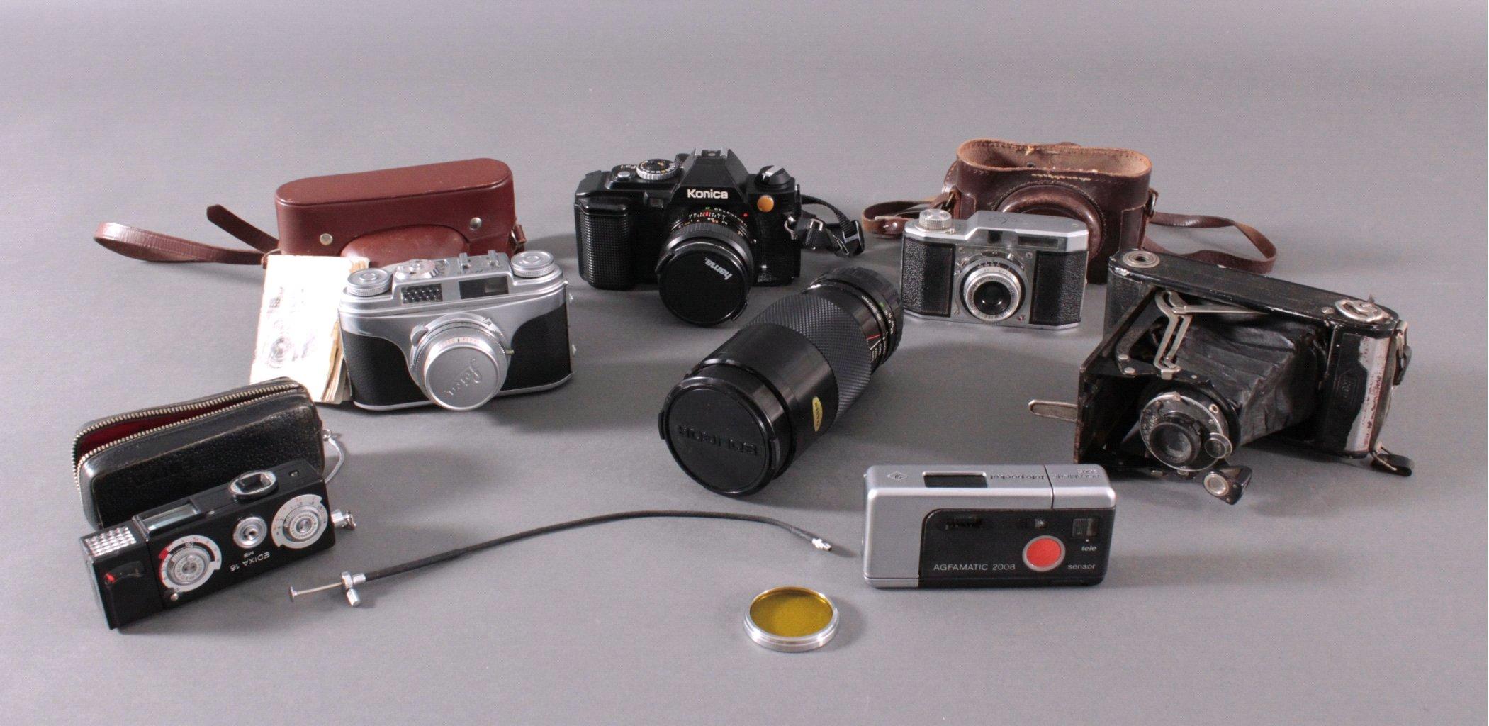 Sechs Kameras mit Zubehör