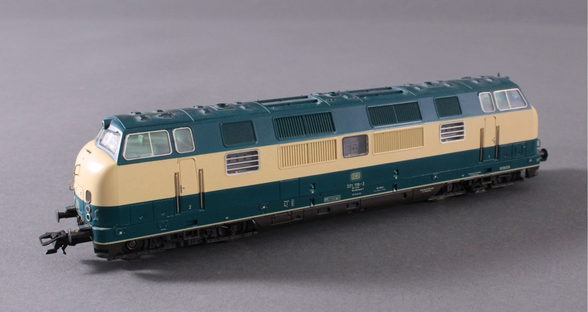 Märklin H0 3581 E-Lok BR 221 118-3 der DB beige/blau mit-1
