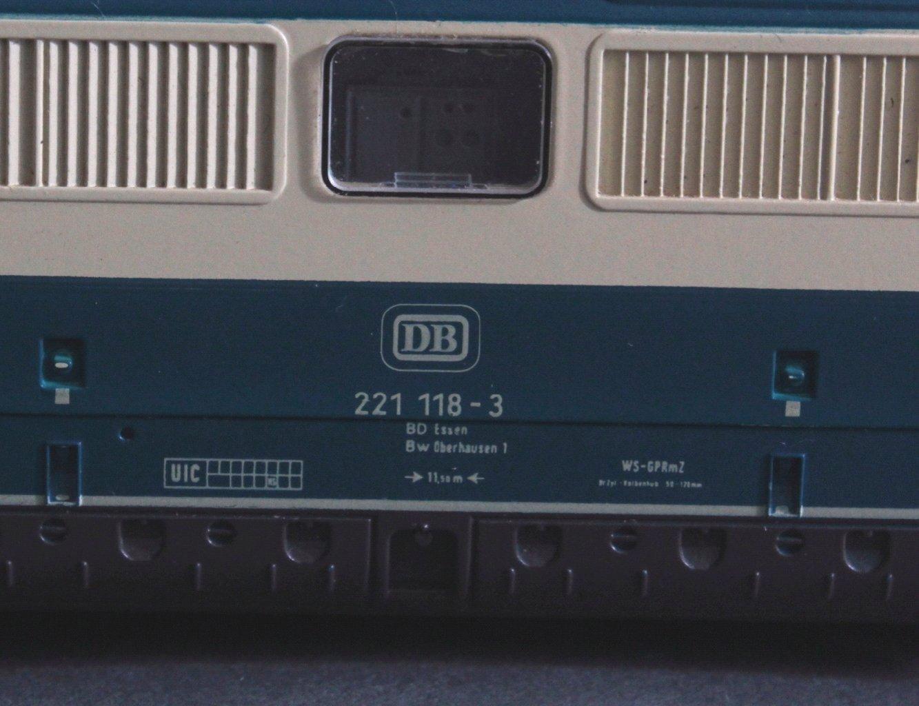 Märklin H0 3581 E-Lok BR 221 118-3 der DB beige/blau mit-2