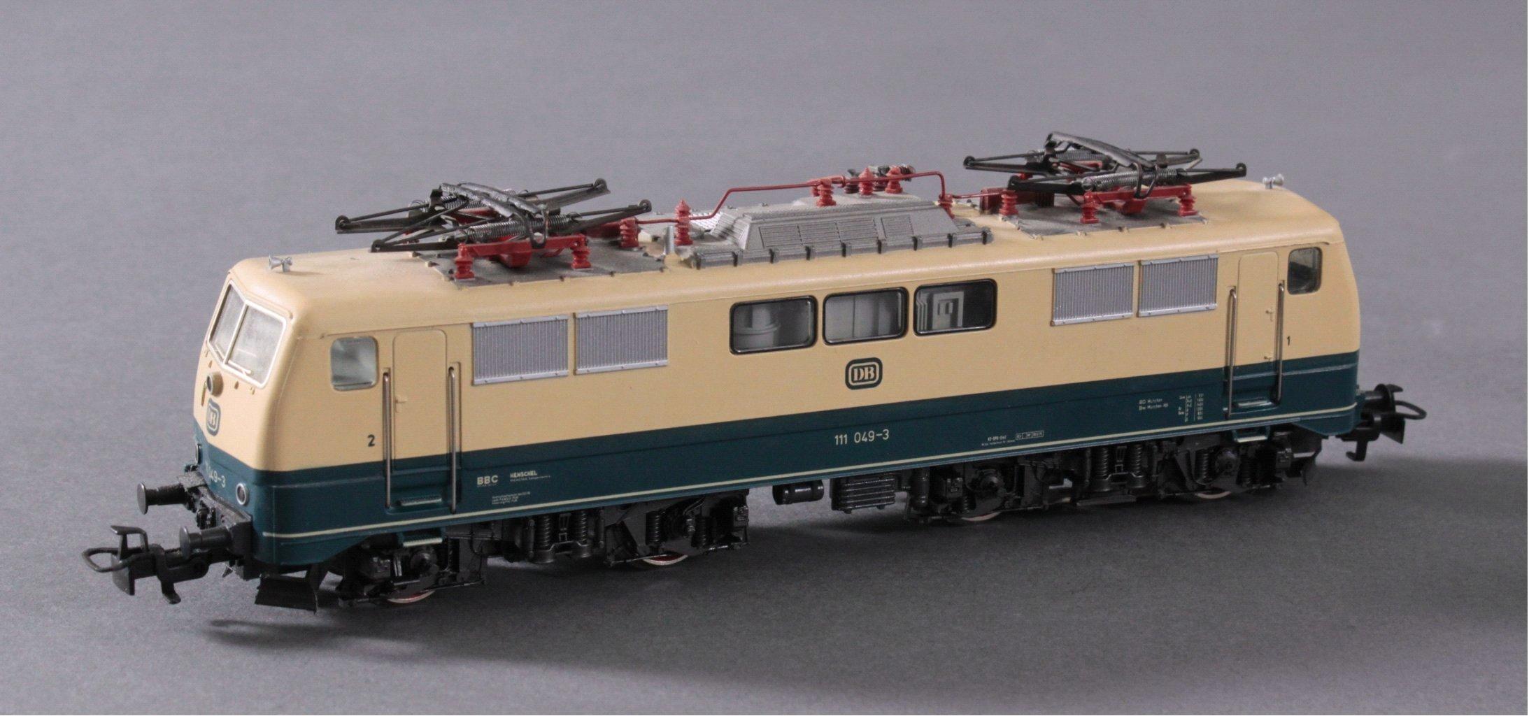 Märklin H0 3642 E-Lok Baureihe 111 049-3 DB in beige mit-1