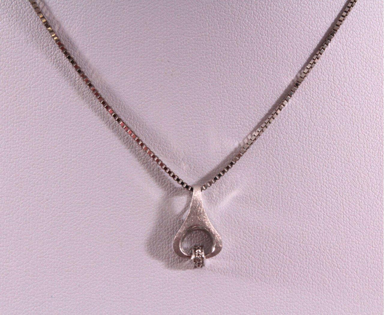 Halskette mit Anhänger-1