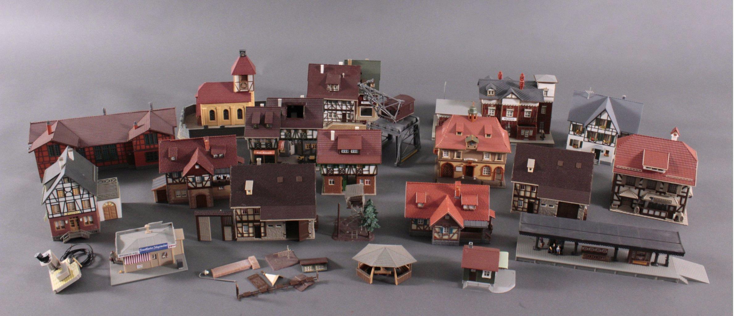 Eisenbahn-Modelhäuser und Kran Spur H0