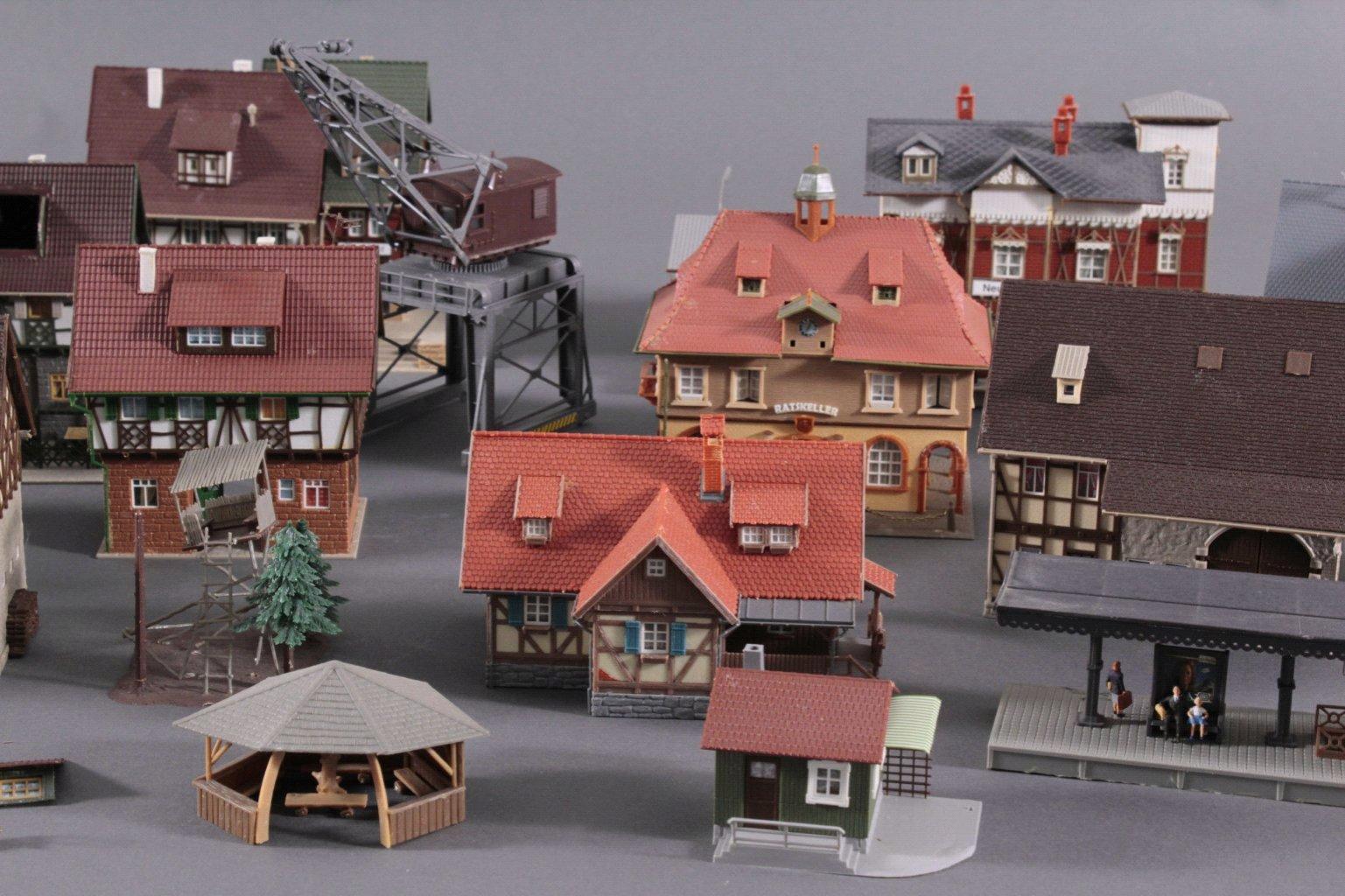 Eisenbahn-Modelhäuser und Kran Spur H0-2