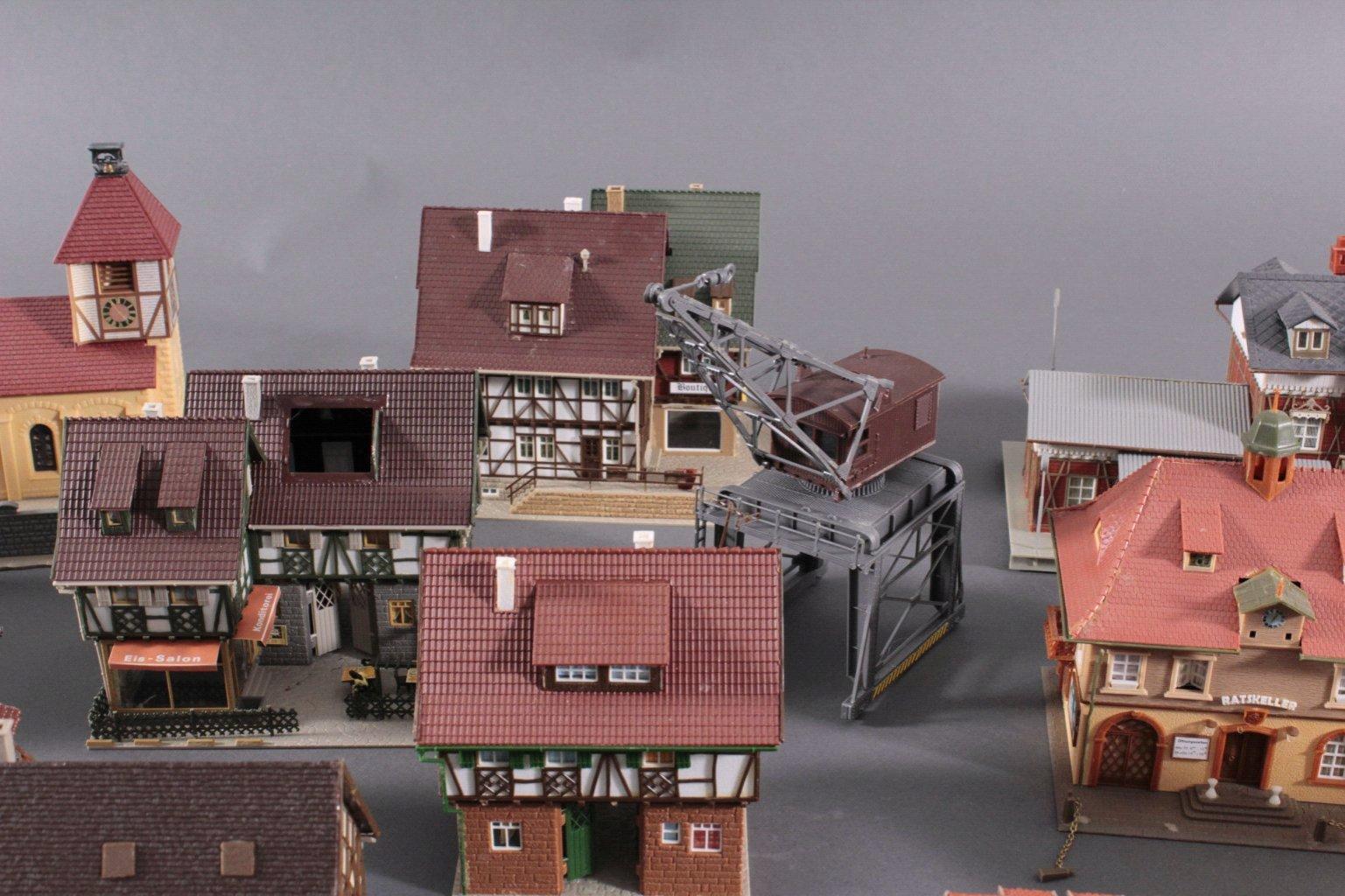 Eisenbahn-Modelhäuser und Kran Spur H0-3