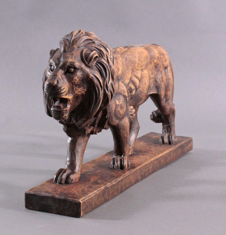 Brüllender Löwe, Holzskulptur