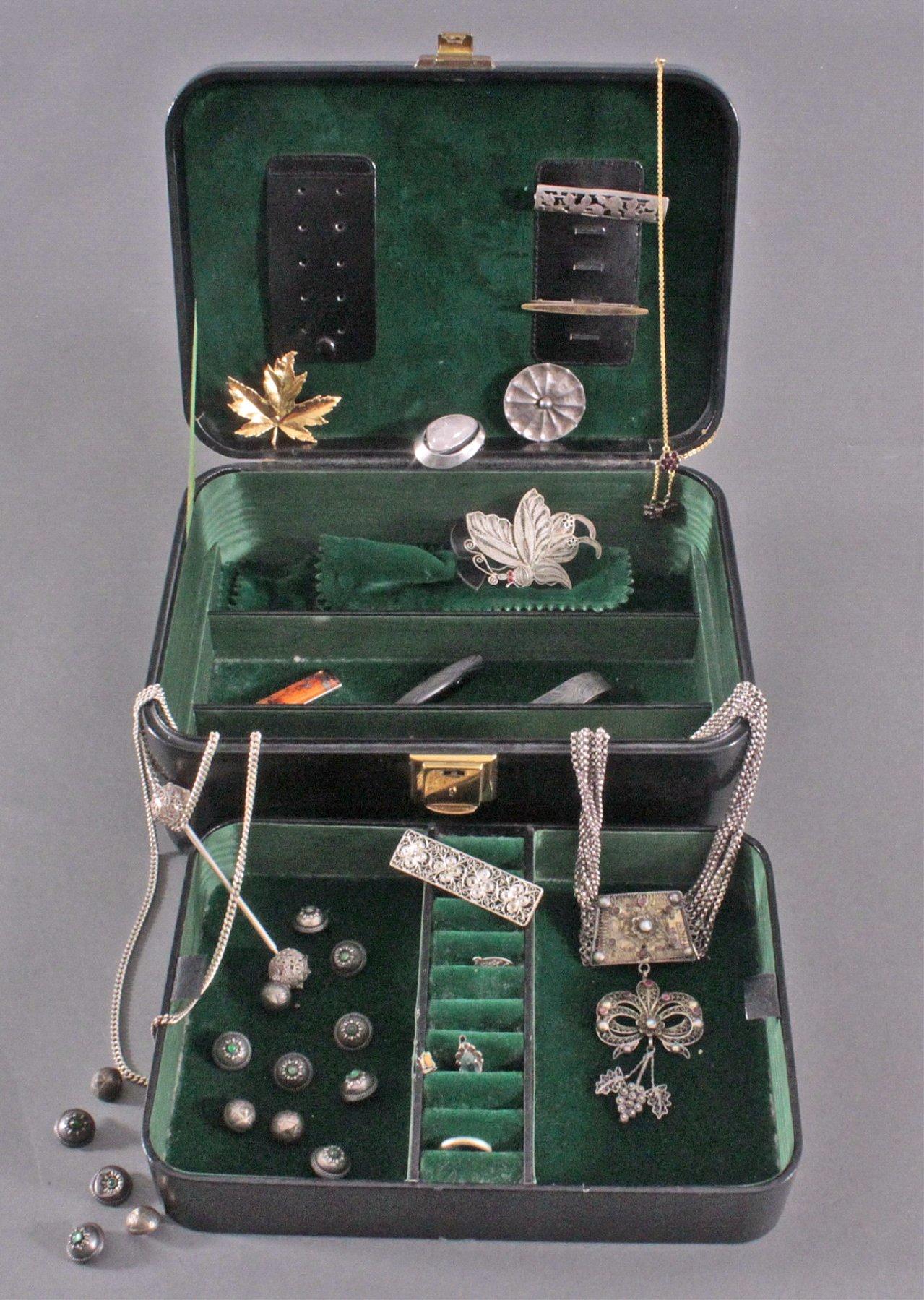 Schmuckschatulle mit Mode- und Silberschmuck