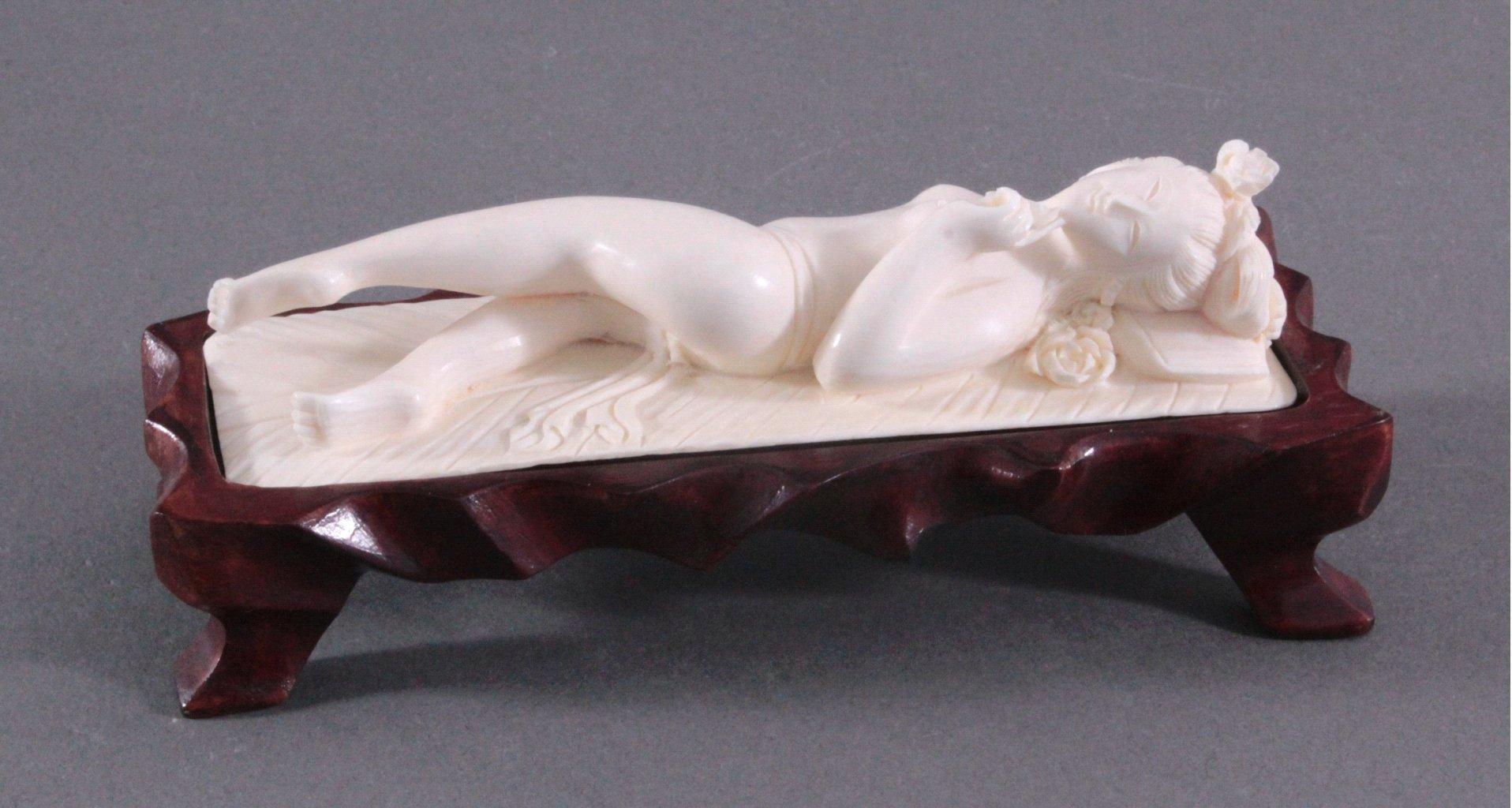 Elfenbeinfigur, liegende Geisha auf geschnitztem Holzsockel-1