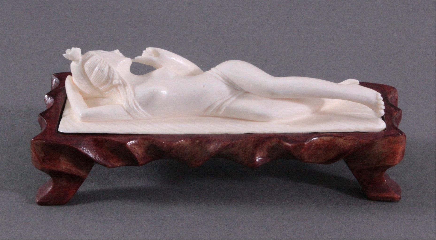 Elfenbeinfigur, liegende Geisha auf geschnitztem Holzsockel-2