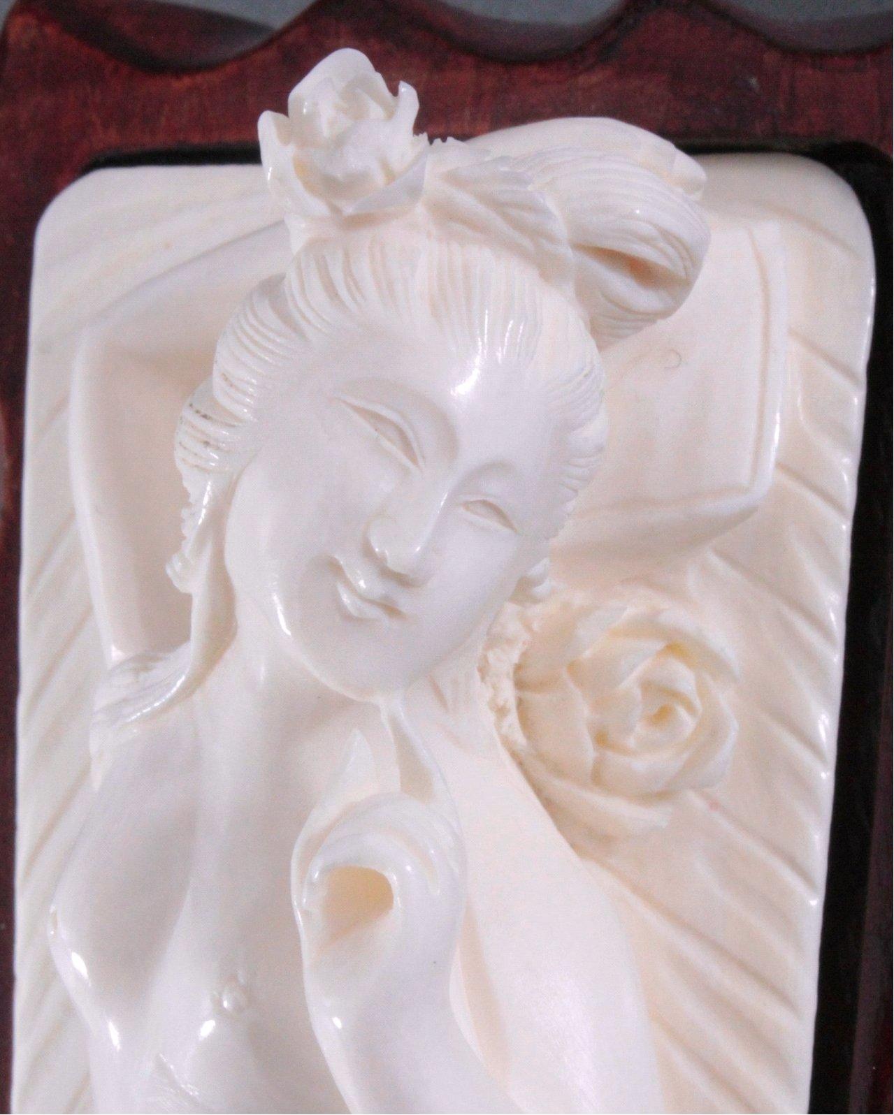 Elfenbeinfigur, liegende Geisha auf geschnitztem Holzsockel-4