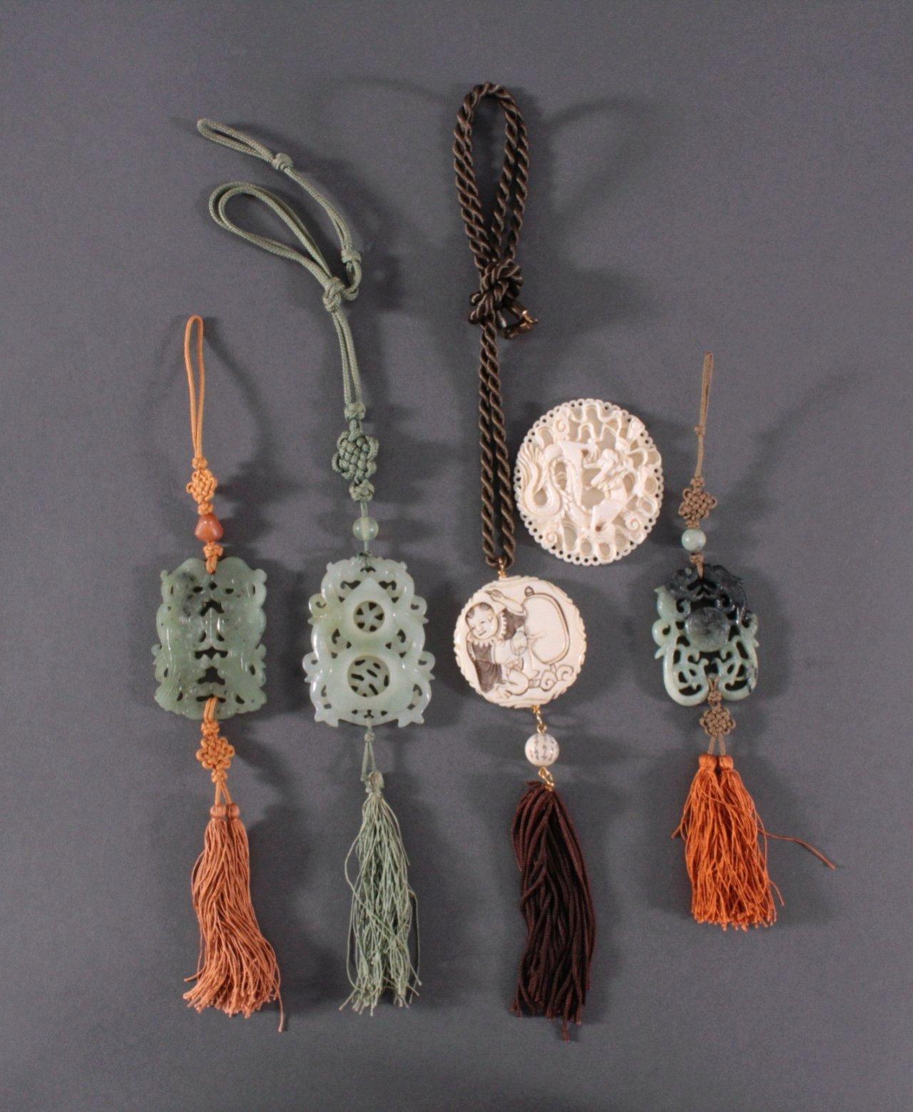 5 asiatische Glücksanhänger aus Jade und Elfenbein