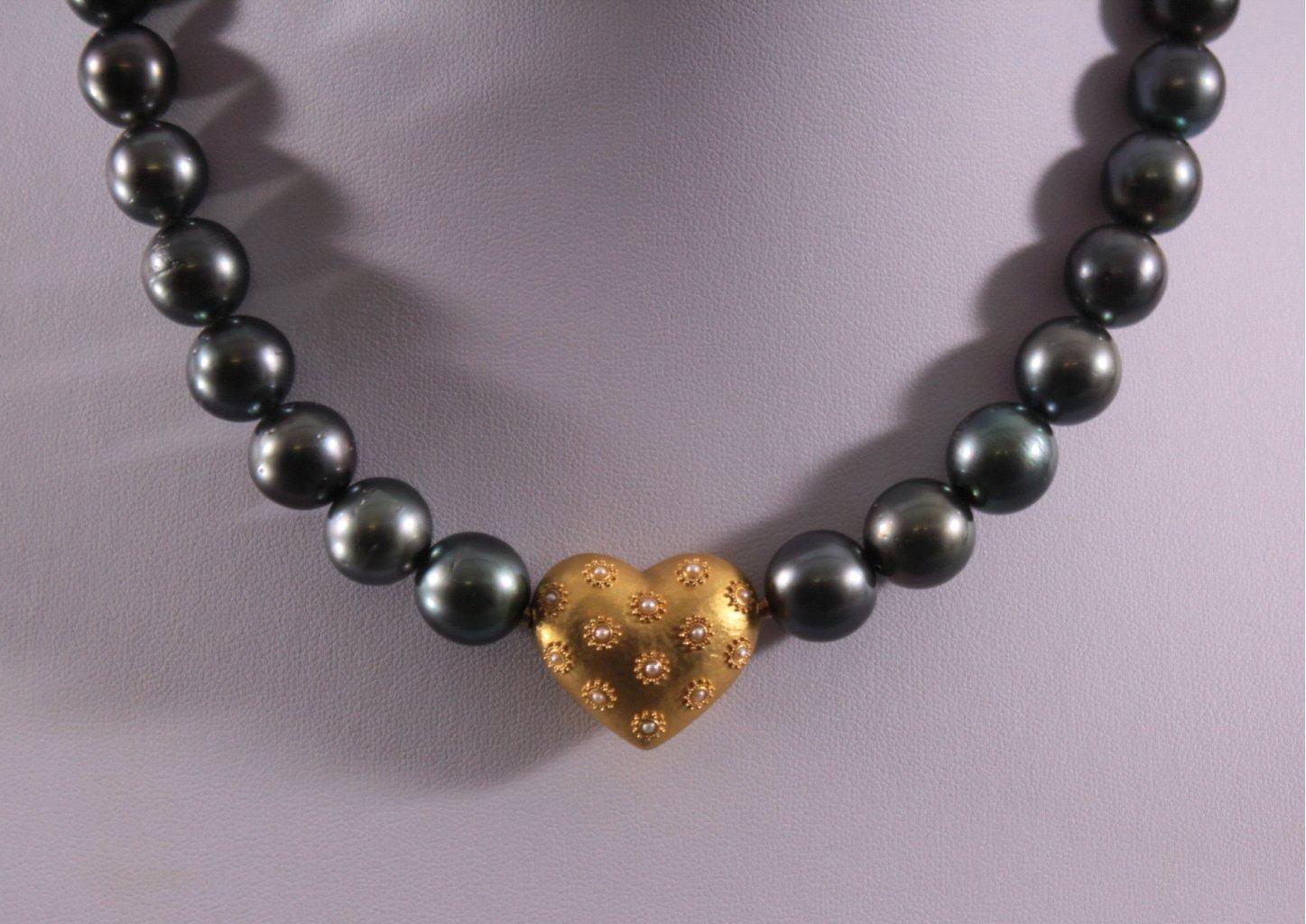 Schwarze Perlenkette mit Goldschließe