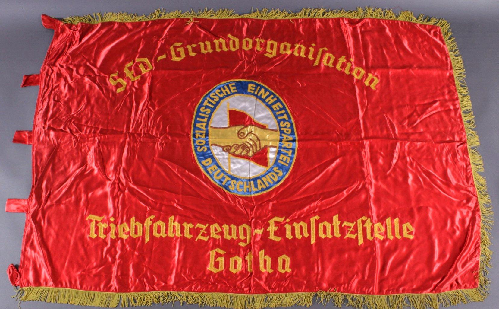 Große Ehren-Fahne, DDR, aus roter Seide