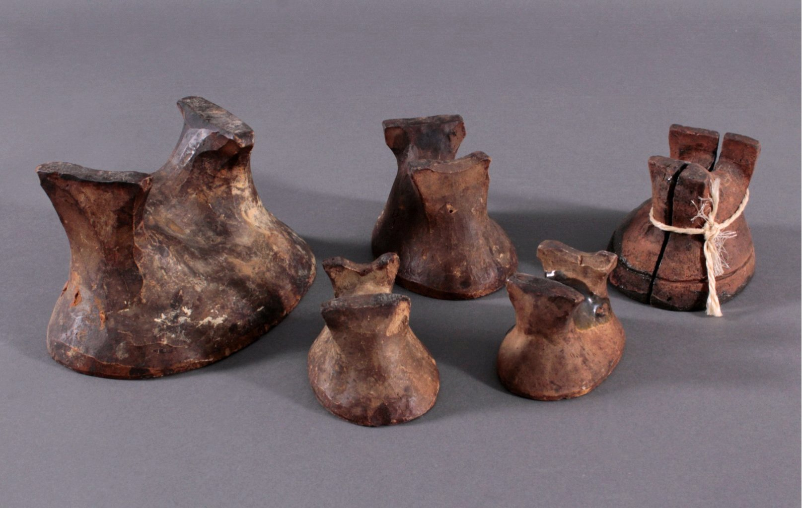 5 Osterlamm-Backformen aus Keramik um 1900