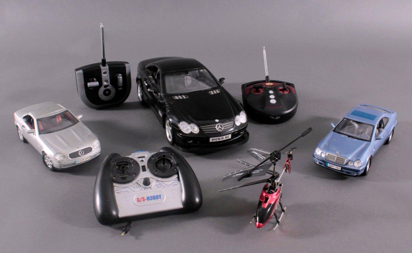 Modell-Sportwagen und Helikopter