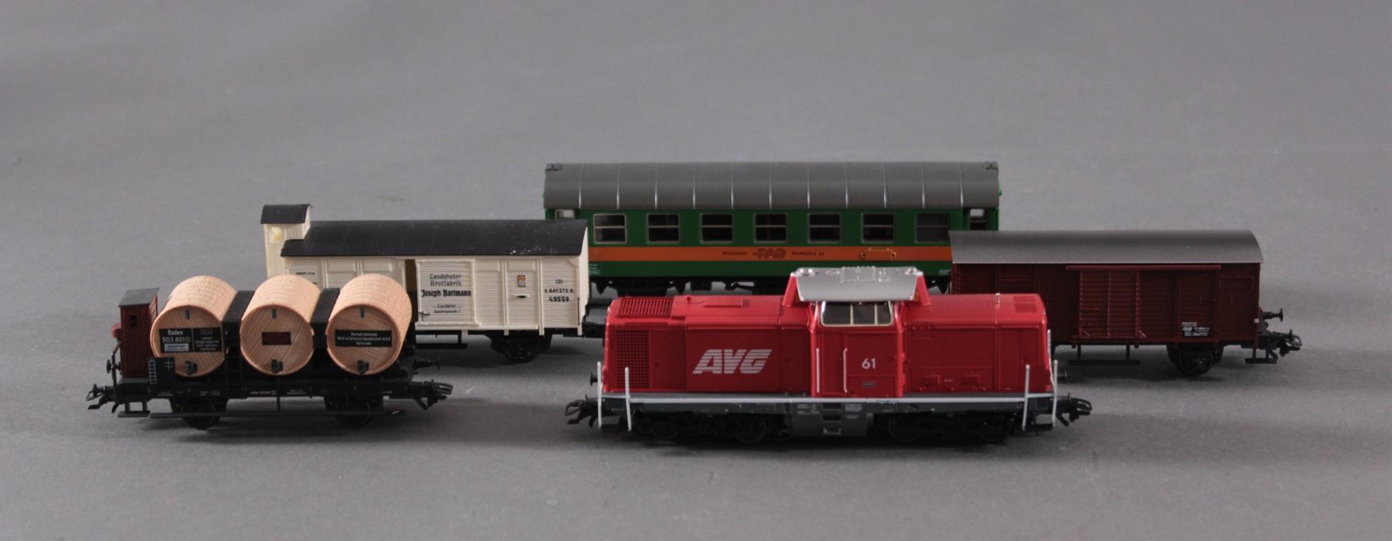 Märklin Lok mit 4 Güter- / Personenwaggons