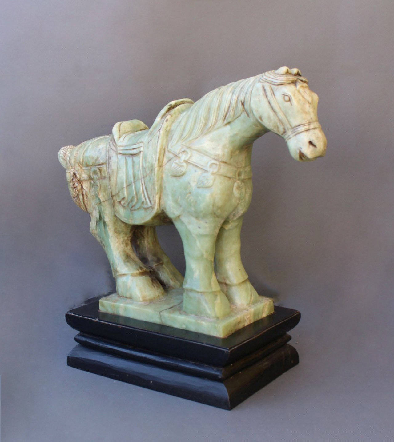 Sehr große Pferdefigur, Serpentin-Jade