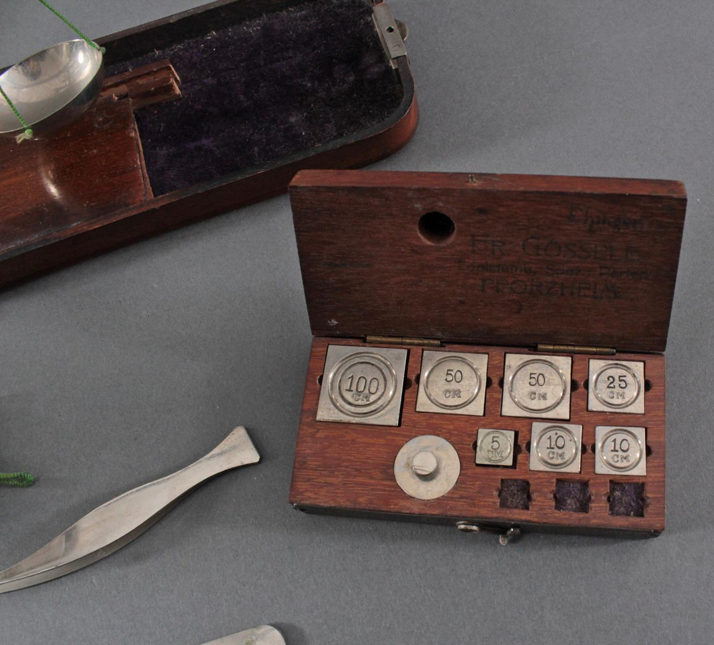 2 antike Goldwaagen, 1 Gewichtssatz und 1 Diamanten Lehre-2