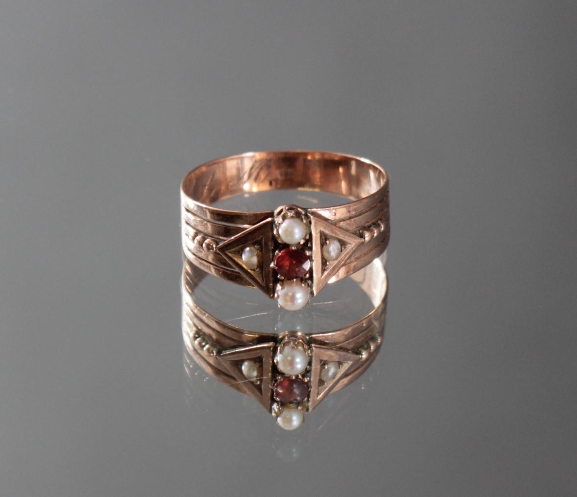 Damenring mit Perlen und Granat-Besatz im Diamantschliff