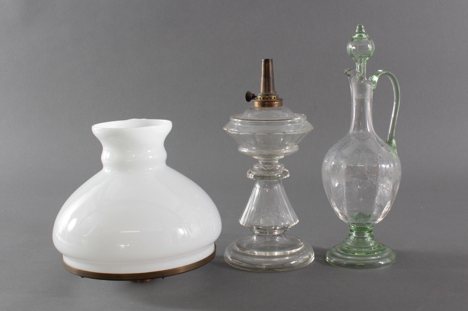 Petroleum Lampe und Glas-Karaffe um 1900-2