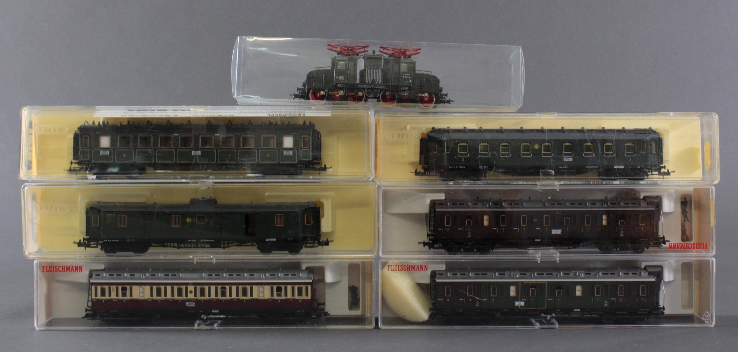Roco E-Lok 7166 mit 3 Fleischmann und 3 Trix Waggons, Spur H0