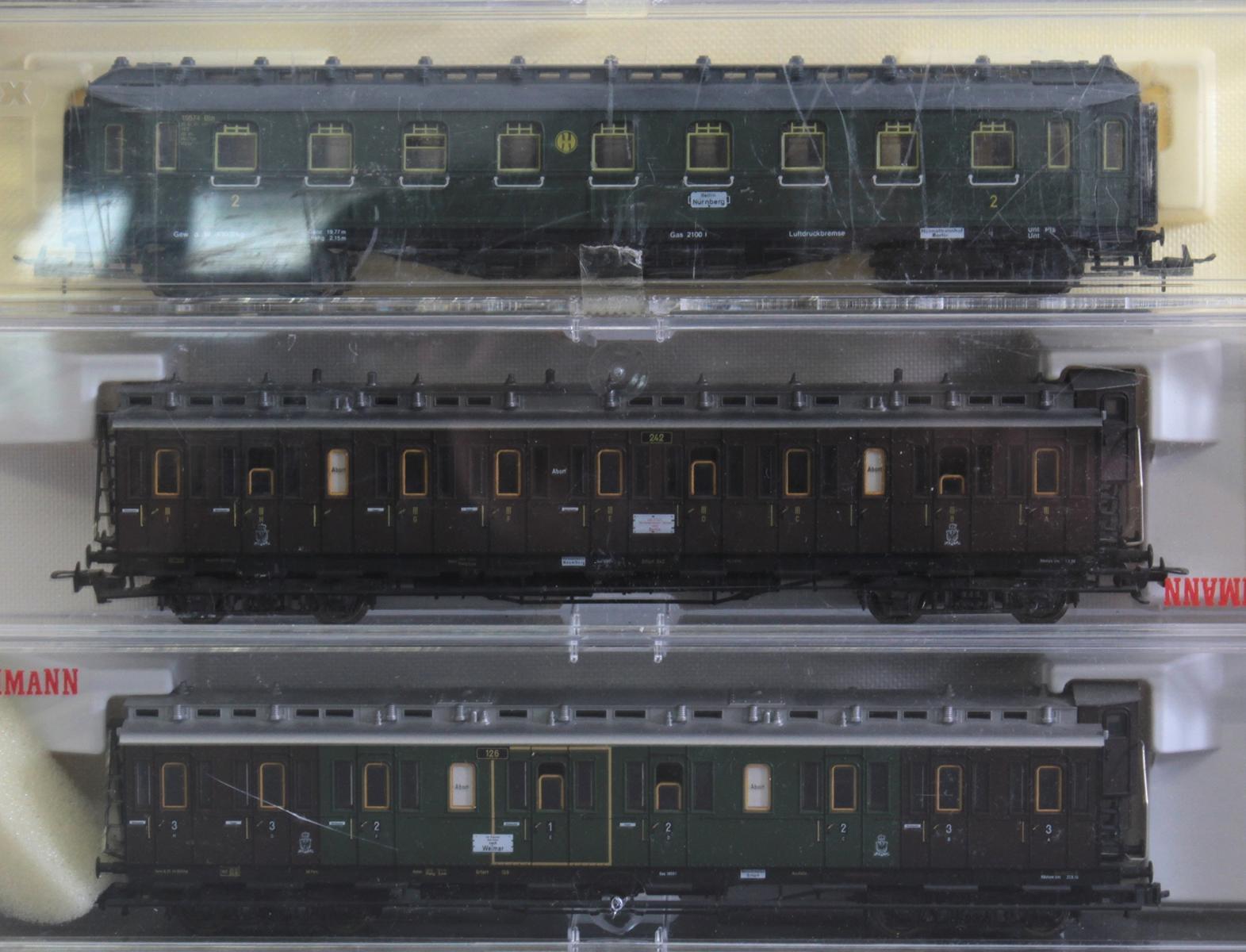 Roco E-Lok 7166 mit 3 Fleischmann und 3 Trix Waggons, Spur H0-3