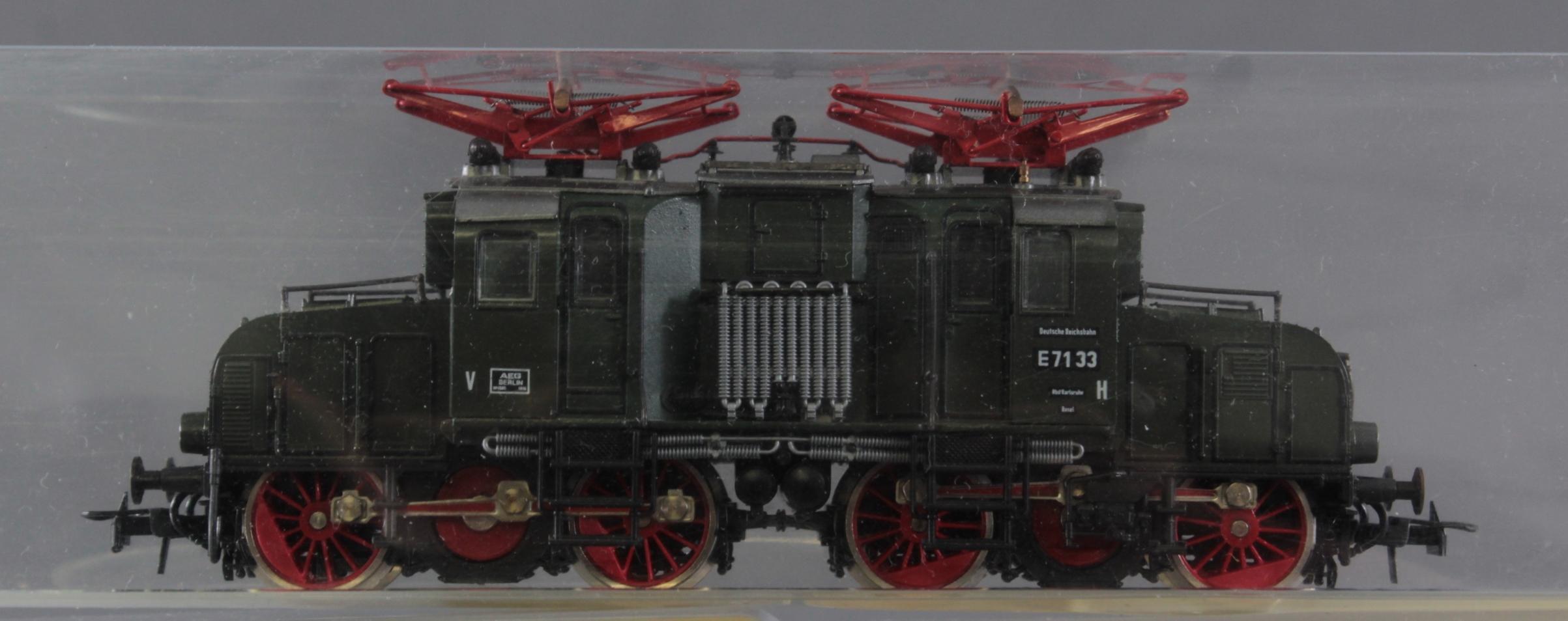 Roco E-Lok 7166 mit 3 Fleischmann und 3 Trix Waggons, Spur H0-4