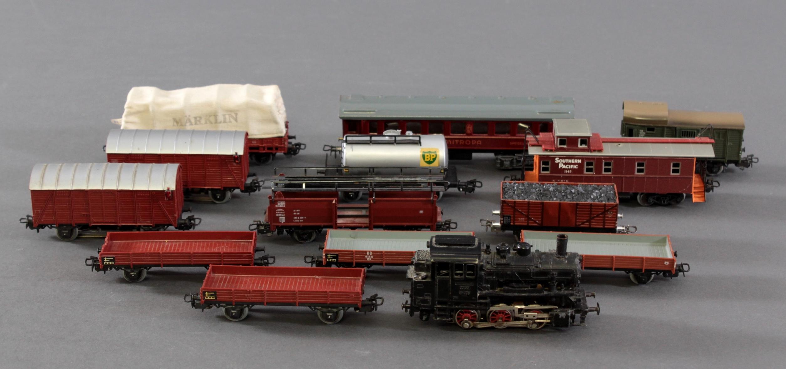 Märklin Dampflok BR 89 023 mit 12 Güter- und 1 Personenwaggon aus Blech und Kunststoff, Spur H0