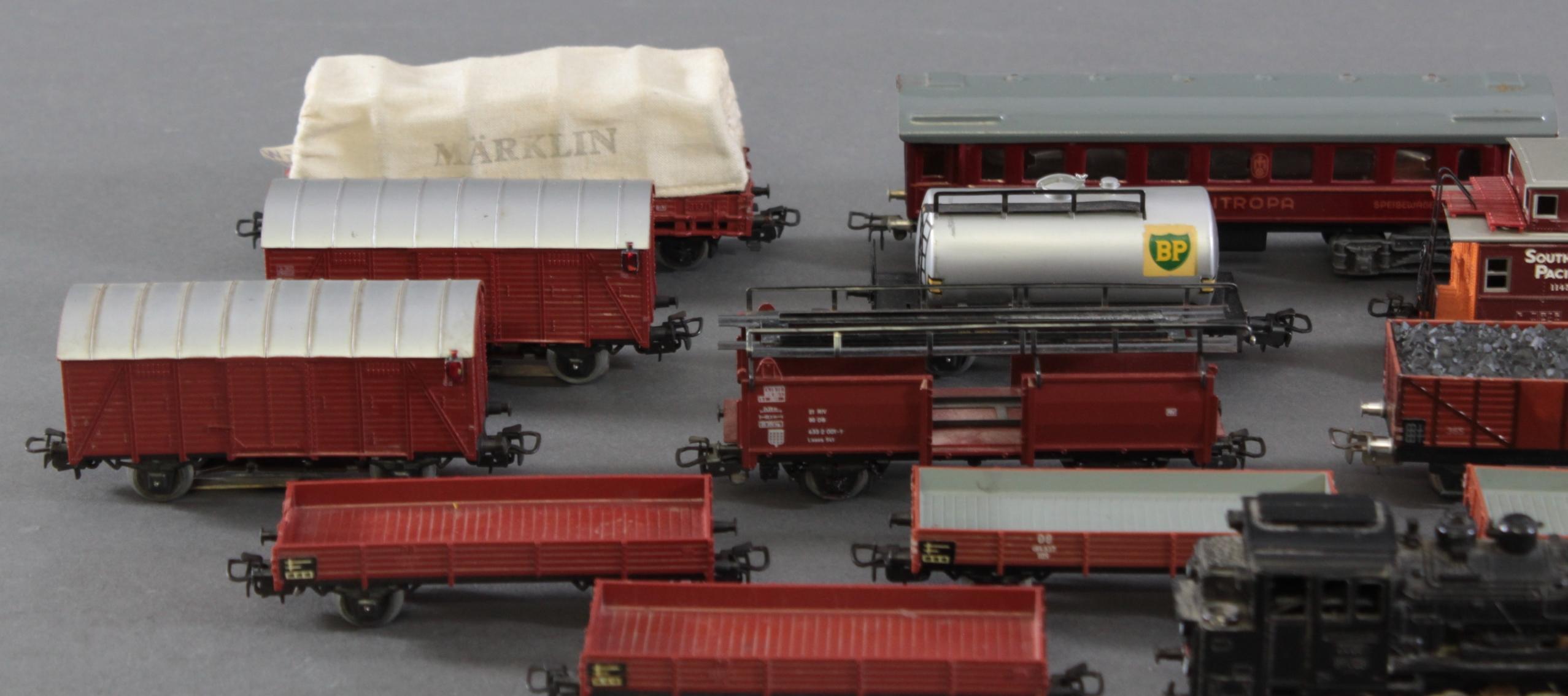 Märklin Dampflok BR 89 023 mit 12 Güter- und 1 Personenwaggon aus Blech und Kunststoff, Spur H0-2