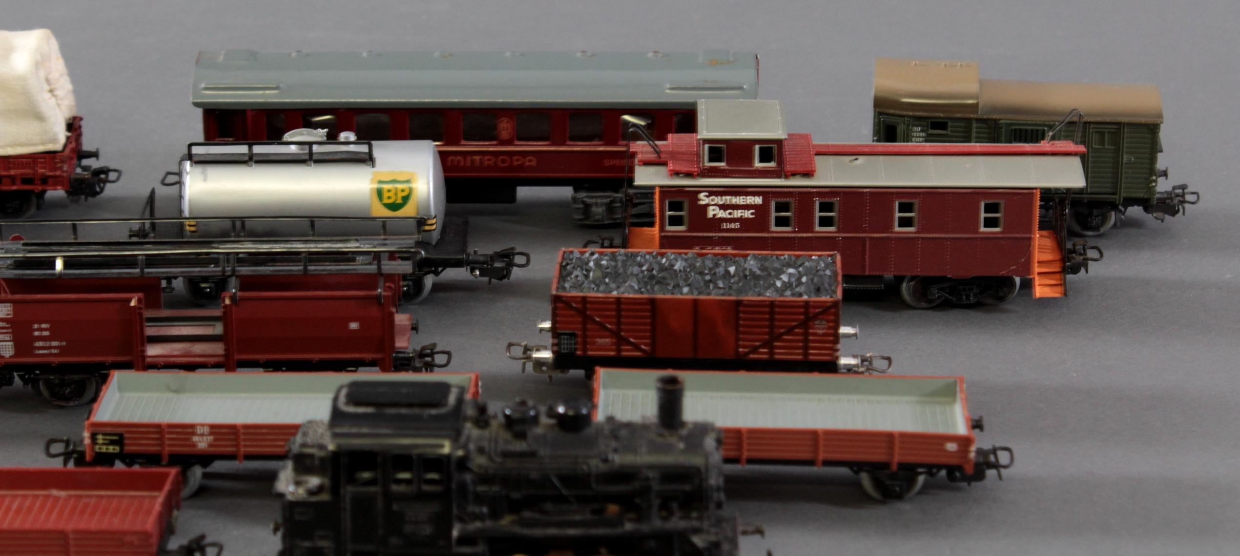 Märklin Dampflok BR 89 023 mit 12 Güter- und 1 Personenwaggon aus Blech und Kunststoff, Spur H0-3