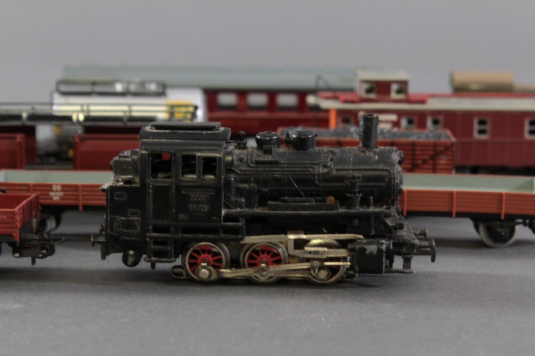 Märklin Dampflok BR 89 023 mit 12 Güter- und 1 Personenwaggon aus Blech und Kunststoff, Spur H0-4