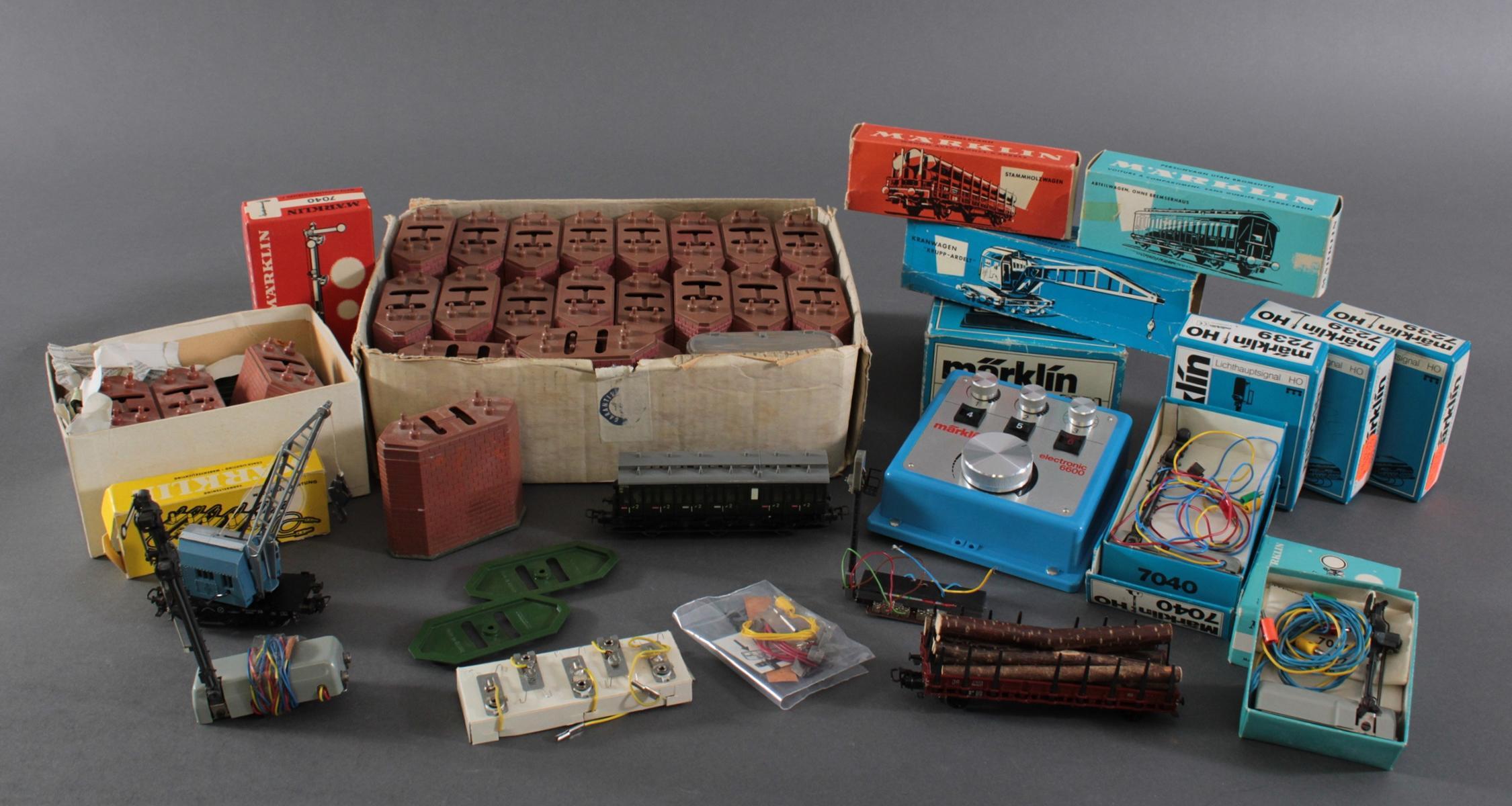 Konvolut Märklin Eisenbahn Waggons und Zubehör in der Originalverpackung