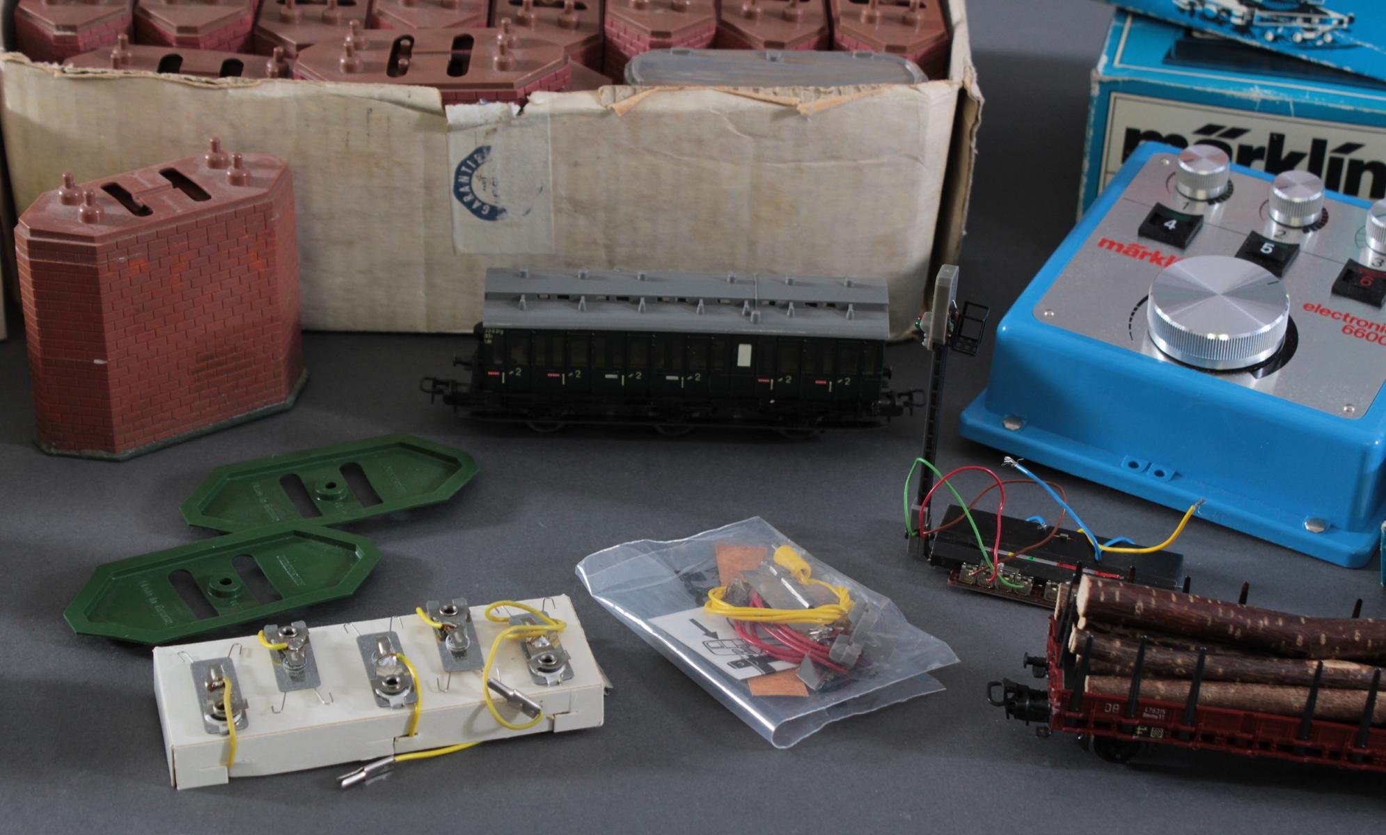 Konvolut Märklin Eisenbahn Waggons und Zubehör in der Originalverpackung-2