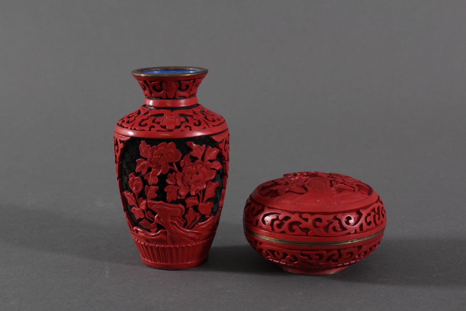 Schichtlack-Deckeldose und Vase, China, Mitte 20. Jahrhundert-2