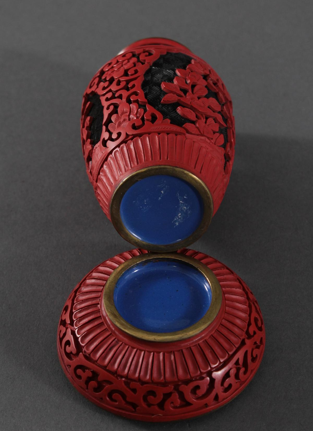 Schichtlack-Deckeldose und Vase, China, Mitte 20. Jahrhundert-3