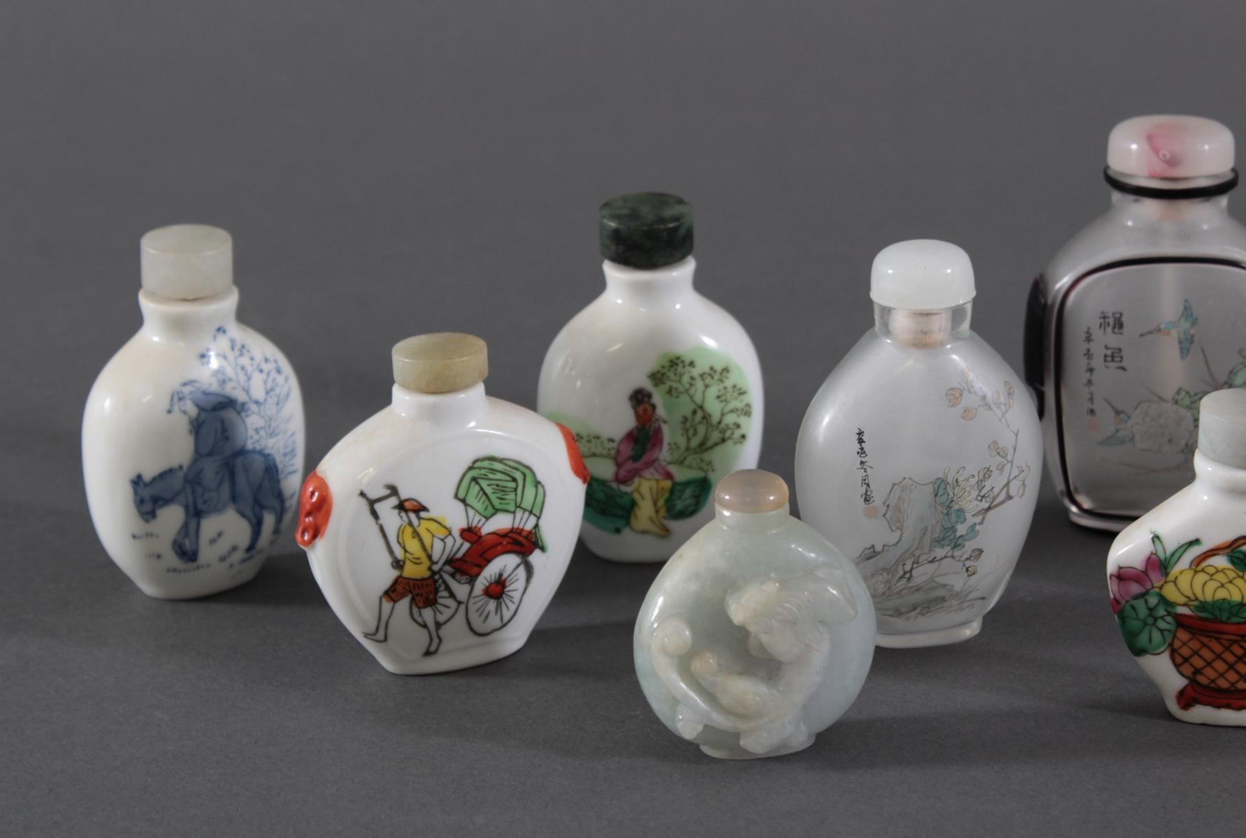 Sammlung Snuff bottles aus Glas, Jade und Porzellan, 10 Stück-3