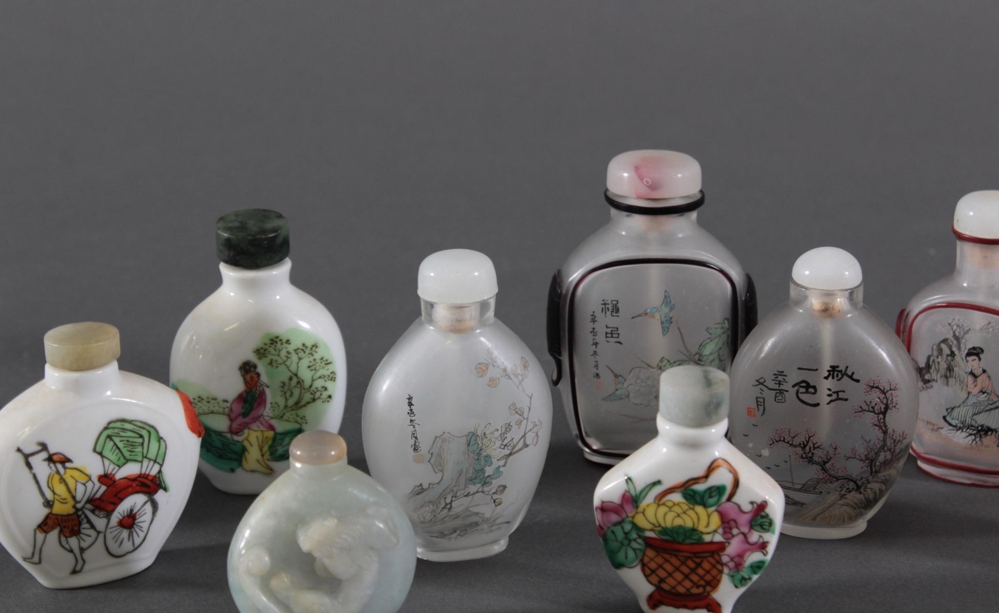 Sammlung Snuff bottles aus Glas, Jade und Porzellan, 10 Stück-4