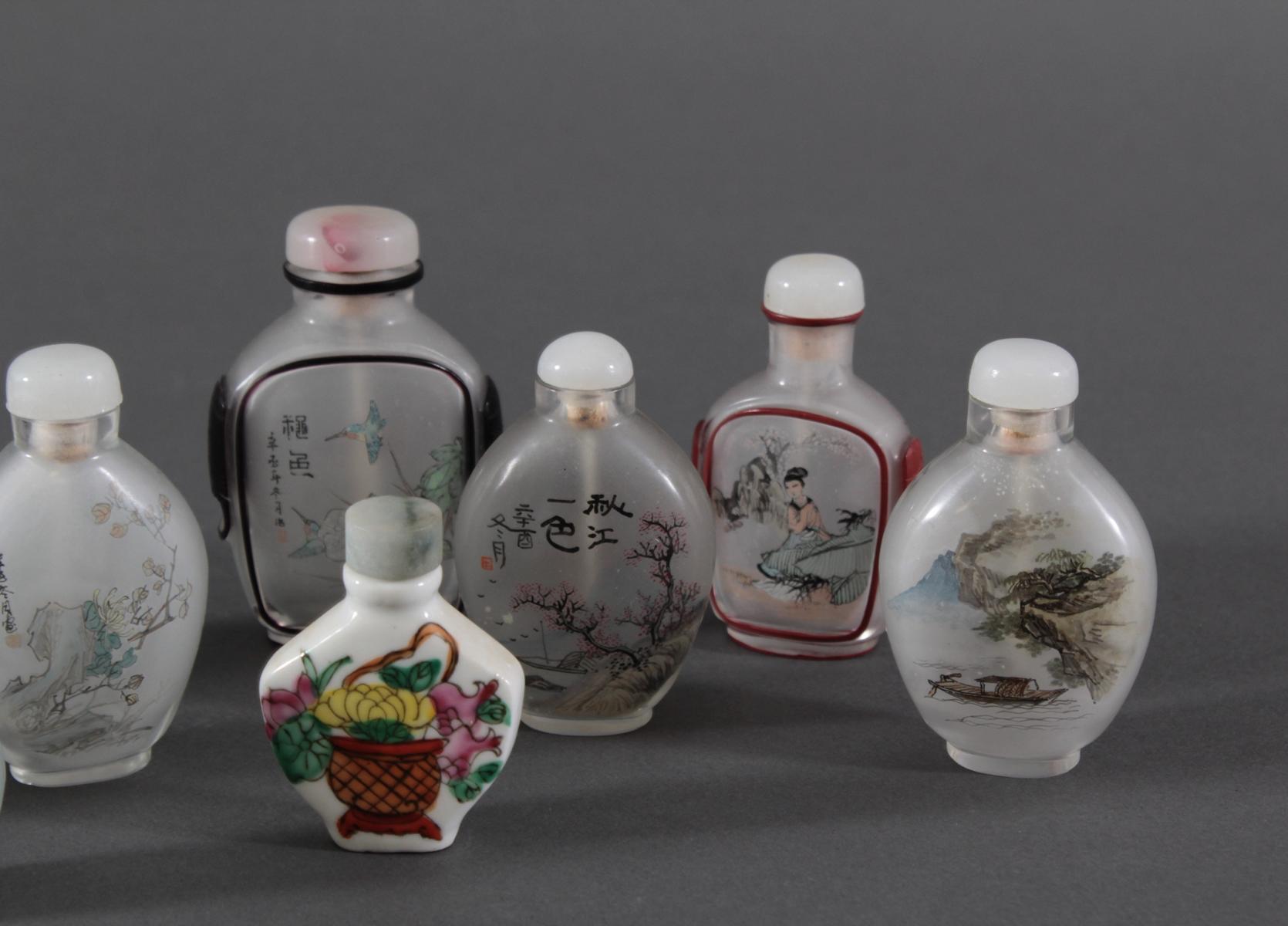 Sammlung Snuff bottles aus Glas, Jade und Porzellan, 10 Stück-5