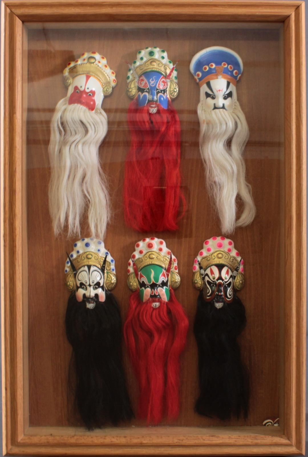Schaukasten mit 6 Pekinger Opern-Masken