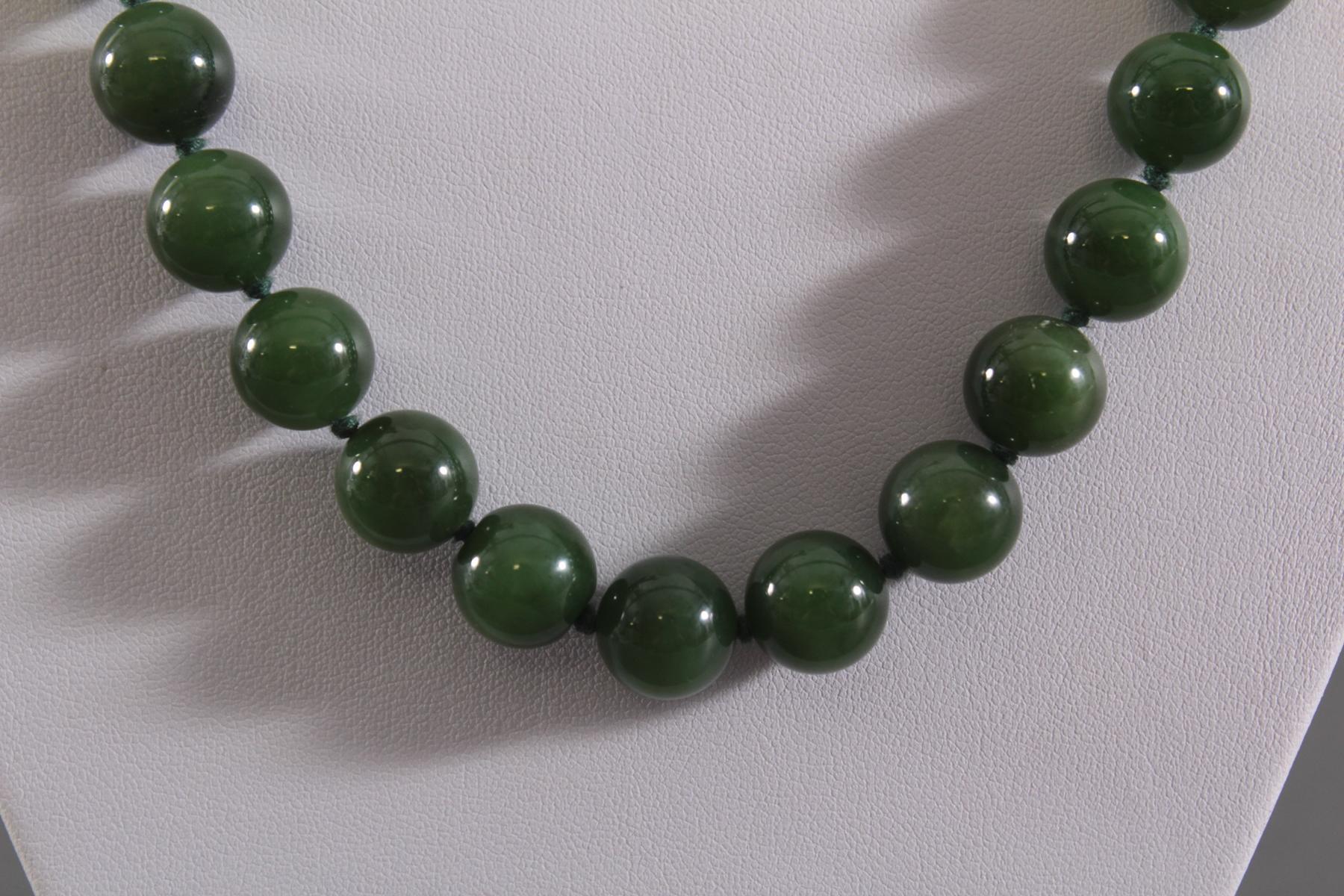 Jade Halskette, grüne Spinatjadekugeln, vergoldete Schließe mit Jadecabochon-2