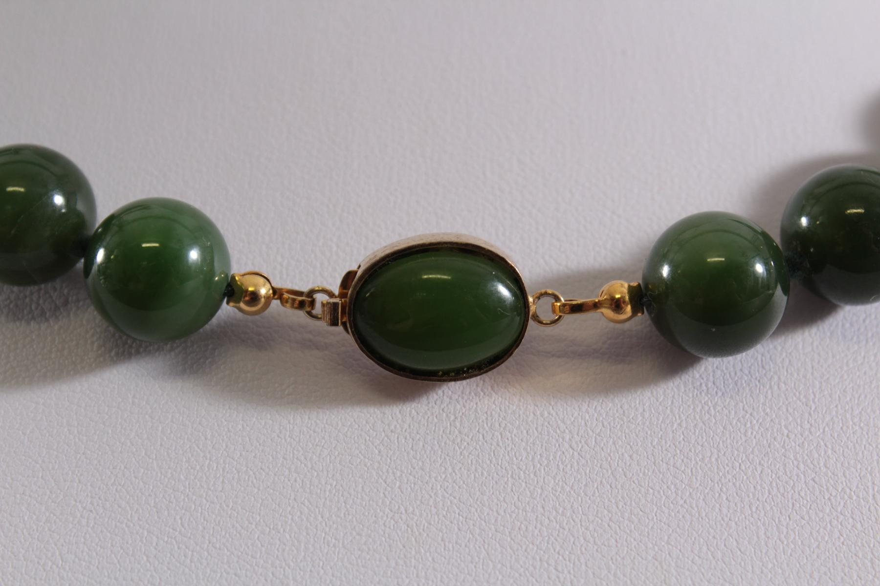 Jade Halskette, grüne Spinatjadekugeln, vergoldete Schließe mit Jadecabochon-3