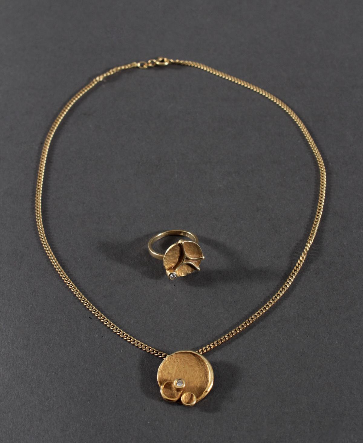 Halskette mit Anhänger und Ring mit Diamantbesatz, 8 und 14 Karat Gelbgold