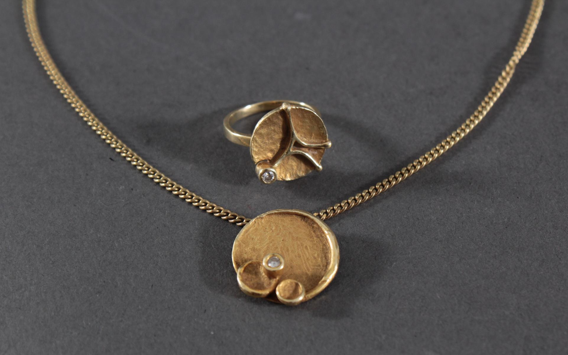 Halskette mit Anhänger und Ring mit Diamantbesatz, 8 und 14 Karat Gelbgold-2